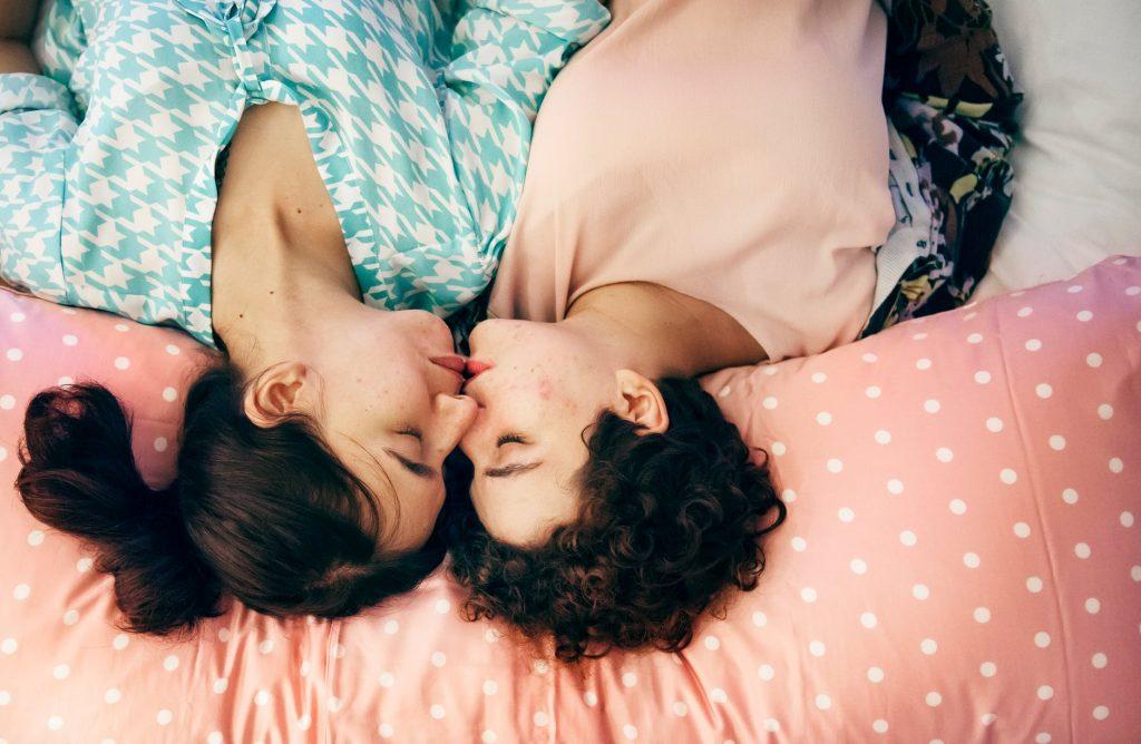 mężczyzna leżący w łóżku ze swoją partnerką