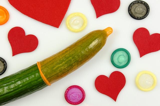 nakładanie prezerwatywy na ogórek
